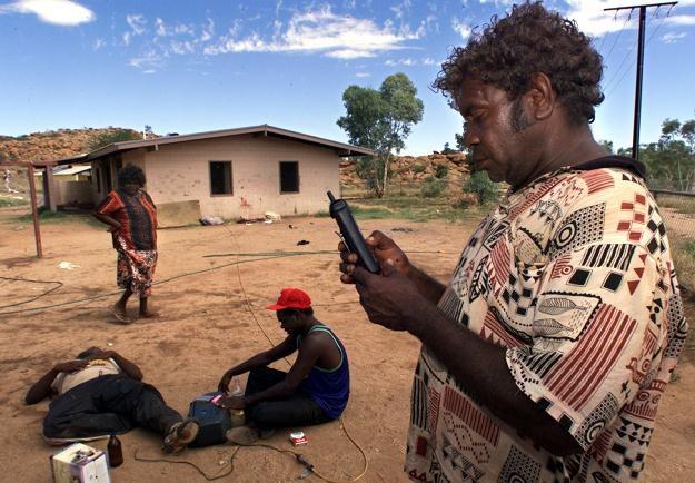 Na zdjęciu:  Aborygen korzystający z telefonu komórkowego, 1999 rok /AFP