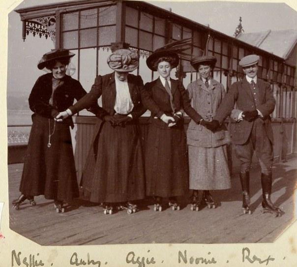 Na zdjęciu Agatha Christie wraz z przyjaciółmi na molo w Torquay /bbc.com /Sztukatulka.pl