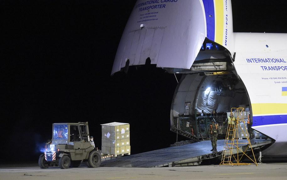 Na zdjęciu An-124 Ruslan z zaopatrzeniem medycznym prosto z Chin /Josef Vostarek    /PAP/EPA