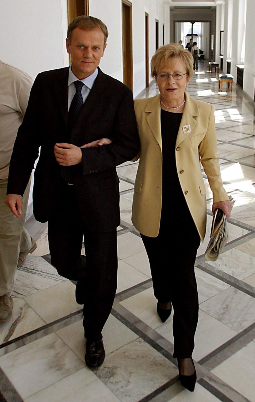 Na zdjęciu archiwalnym z 02.06.2004 r. ówczesny szef Platformy Obywatelskiej Donald Tusk i Zyta Gilowska, po konferencji prasowej /TOMASZ GZELL/PAP /PAP/EPA