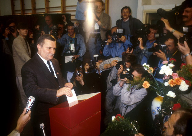 Na zdjęciu archiwalnym z 04.06.1989 r. przewodniczący Krajowej Komisji Wykonawczej NSZZ Solidarność Lech Wałęsa w trakcie wyborów do Sejmu Kontraktowego /Jan Bogacz /PAP