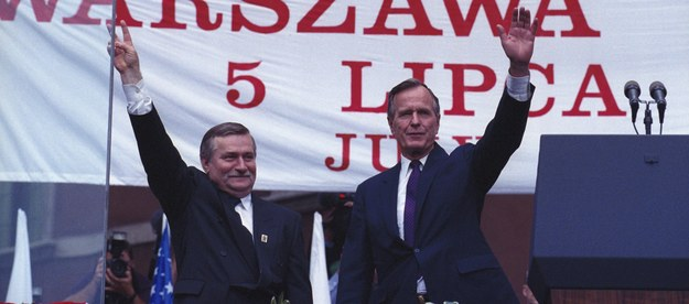 Na zdjęciu archiwalnym z 05.07.1992 roku prezydent USA George H.W. Bush (P) i prezydent RP Lech Wałęsa (L) w Warszawie /PAP