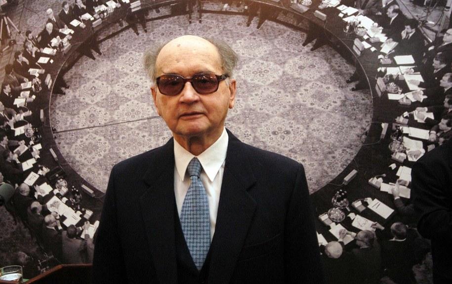Na zdjęciu archiwalnym z 06.04.2004 r. b. prezydent gen. Wojciech Jaruzelski /Radek Pietruszka /PAP