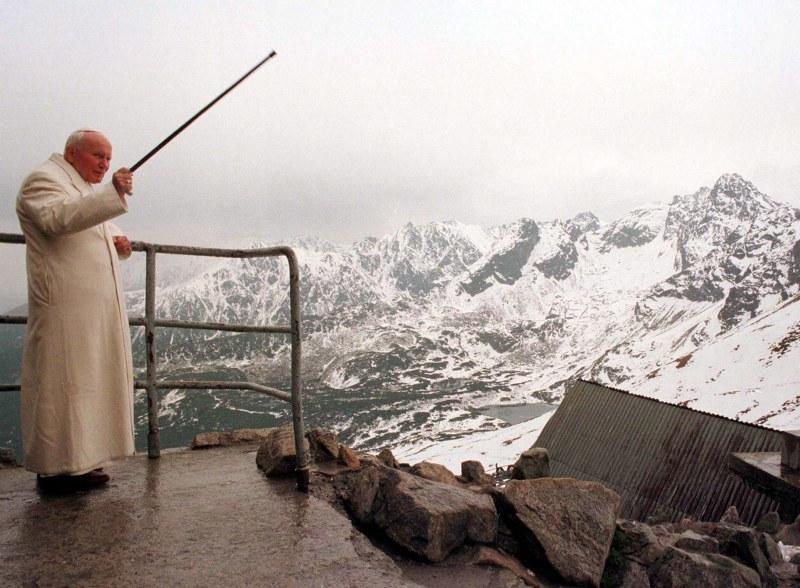 Na zdjęciu archiwalnym z 06.06.1997, papież Jan Paweł II na Kasprowym Wierchu podczas VI pielgrzymki do Polski /Radek Pietruszka /PAP