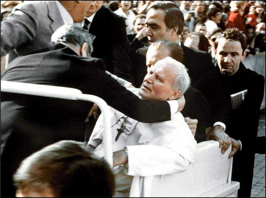 Na zdjęciu archiwalnym z 13 maja 1981 r. Ojciec Święty Jan Paweł II postrzelony przez Ali Agcę podczas zamachu na placu Świętego Piotra w Watykanie /PAP/EPA