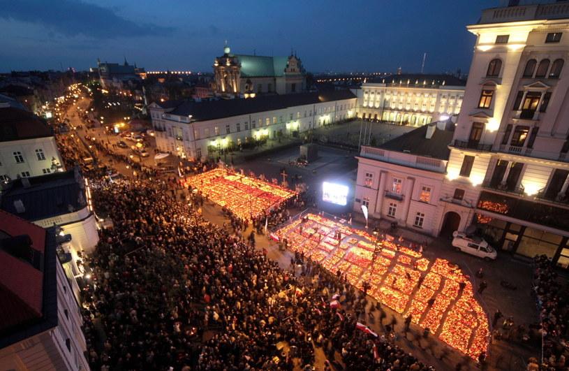 Na zdjęciu archiwalnym z 16.04.2010 r. znicze przed Pałacem Prezydenckim w Warszawie /PAP