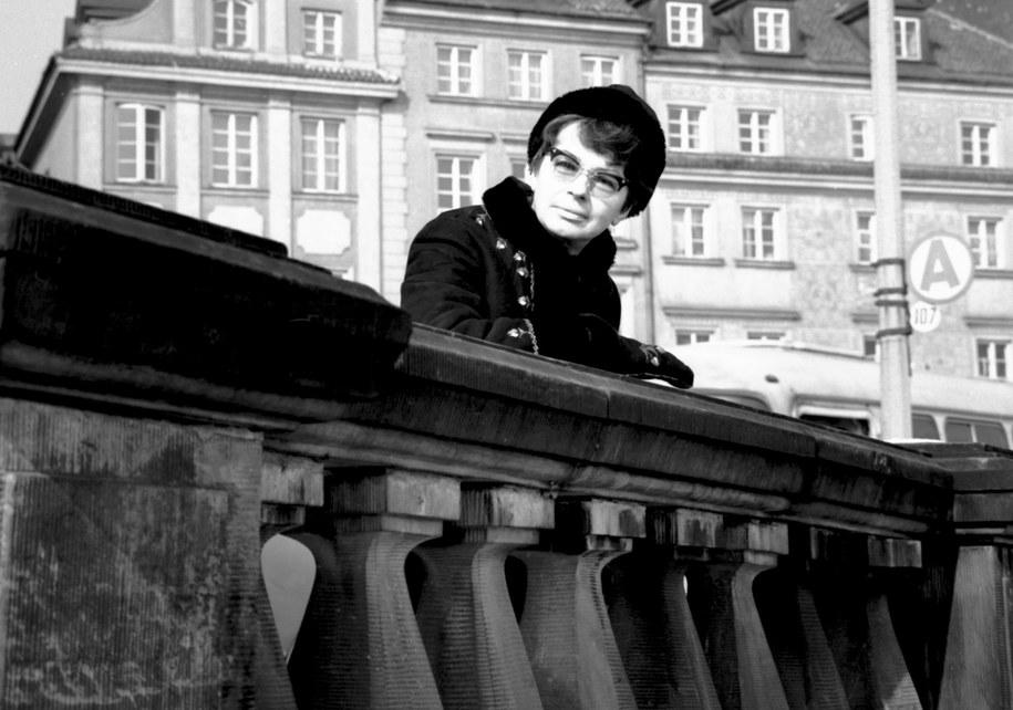 Na zdjęciu archiwalnym z 1969 roku aktorka Danuta Szaflarska podczas spaceru po Starym Mieście /Zbigniew Matuszewski /PAP