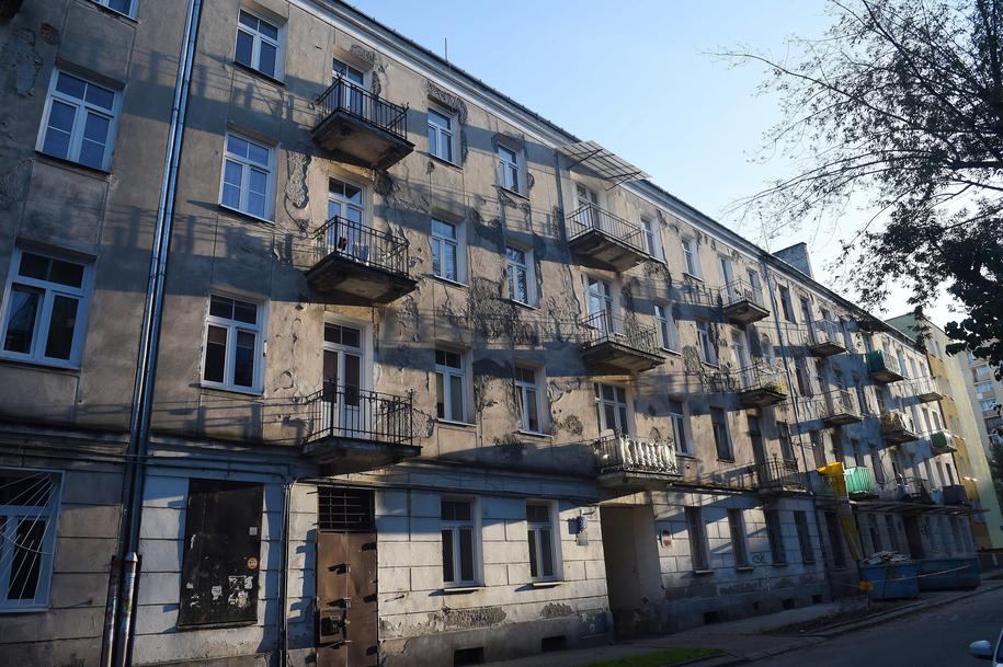 Na zdjęciu archiwalnym z 28.09.2017. kamienica położona przy ulicy Łochowskiej 38 w Warszawie. /Radek Pietruszka /PAP