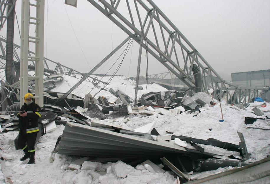 Na zdjęciu archiwalnym z 29.01.2006 miejsce katastrofy budowlanej w Katowicach /Andrzej Grygiel /PAP