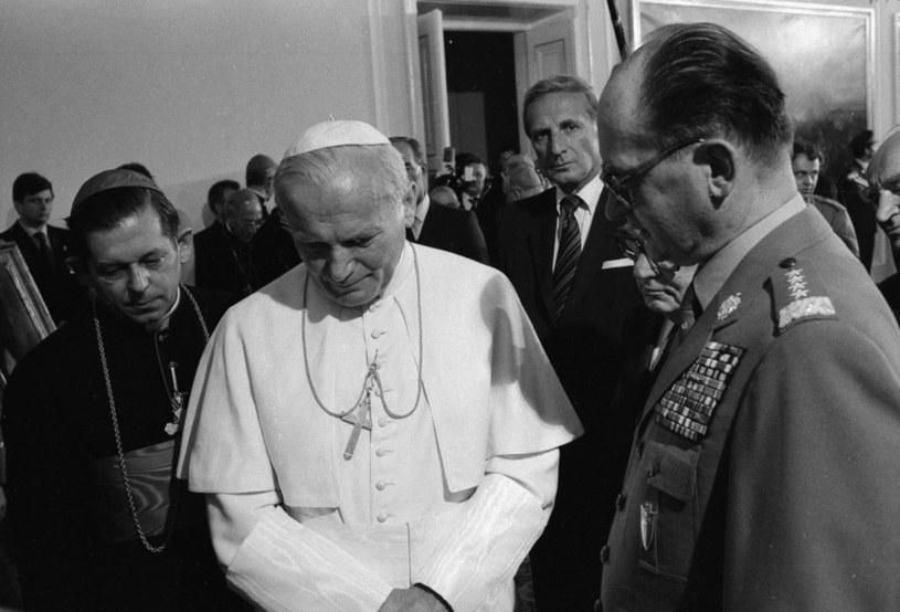 Na zdjęciu archiwalnym z czerwca 1983 r. premier gen. Wojciech Jaruzelski z Janem Pawłem II /Cezary Langda /PAP