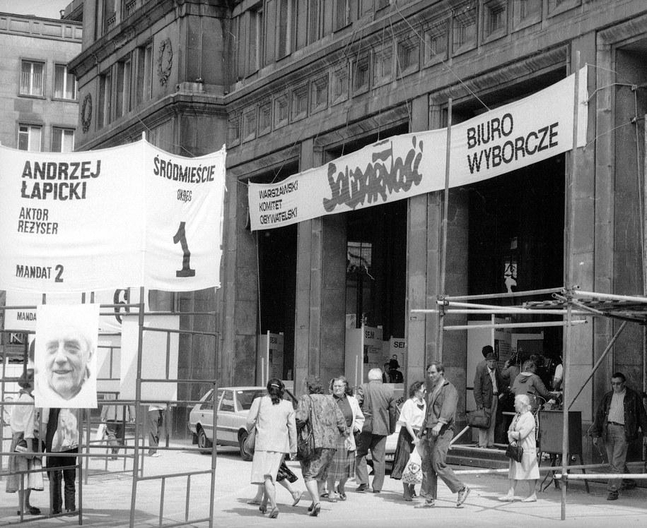 Na zdjęciu archiwalnym z maja 1989 r. Śródmiejskie Biuro Wyborcze Komitetu Obywatelskiego Solidarność przy placu Konstytucji w Warszawie /Marek Cezary Langda  /PAP