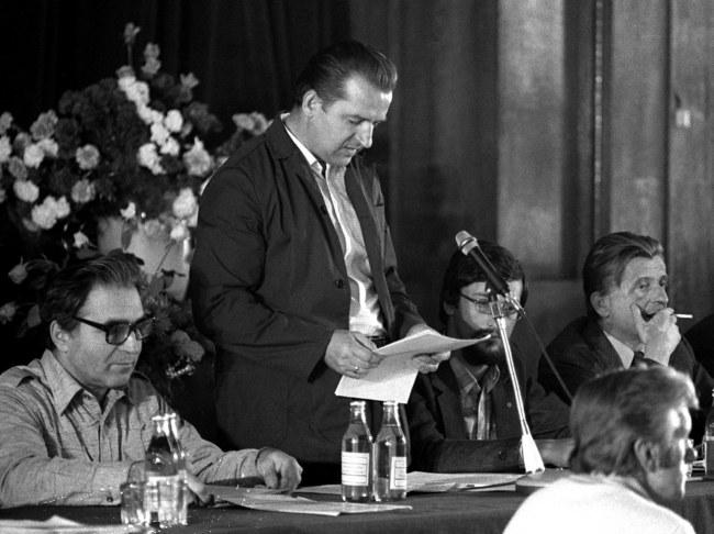 Na zdjęciu archiwalnym z sierpnia 1980 r. Marian Jurczyk (C) przemawia podczas rozmów komisji rządowej ze strajkującymi w Szczecinie /PAP/Jerzy Undro /PAP