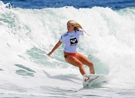 Na zdjęciu Bethany Hamilton, surferka z Hawajów, która straciła rękę w wyniku ataku żarłacza /AFP