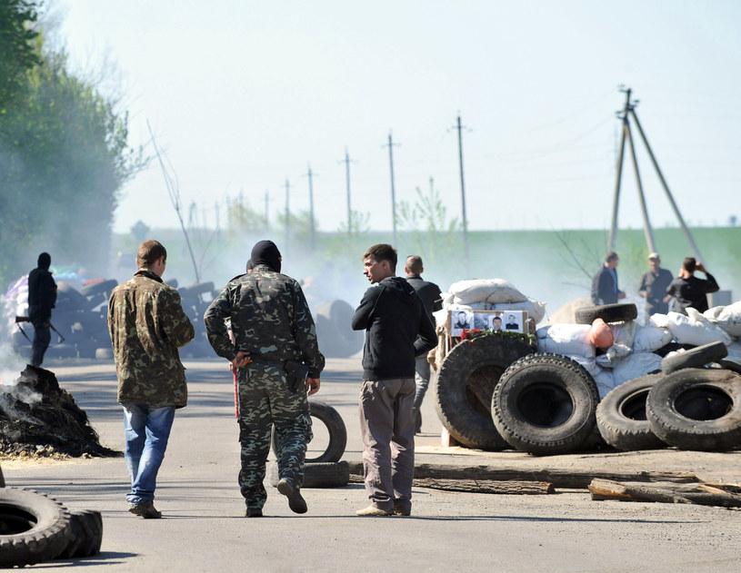 Na zdjęciu blokada drogi prowadzona przez separatystów w Słowiańsku /GENYA SAVILOV /AFP