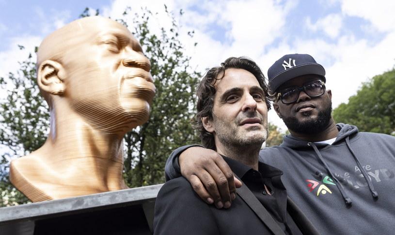 Na zdjęciu: brat George'a Floyda i artysta Chris Carnabuci pozują na tle rzeźby zabitego przez policjanta mężczyzny, która stanęła 30 września na Union Square w Nowym Jorku /PAP/EPA/Justin Lane /PAP/EPA