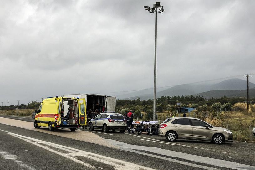Na zdjęciu: Ciężarówka z migrantami zatrzymana w Grecji /Stavros KARITIDIS /AFP