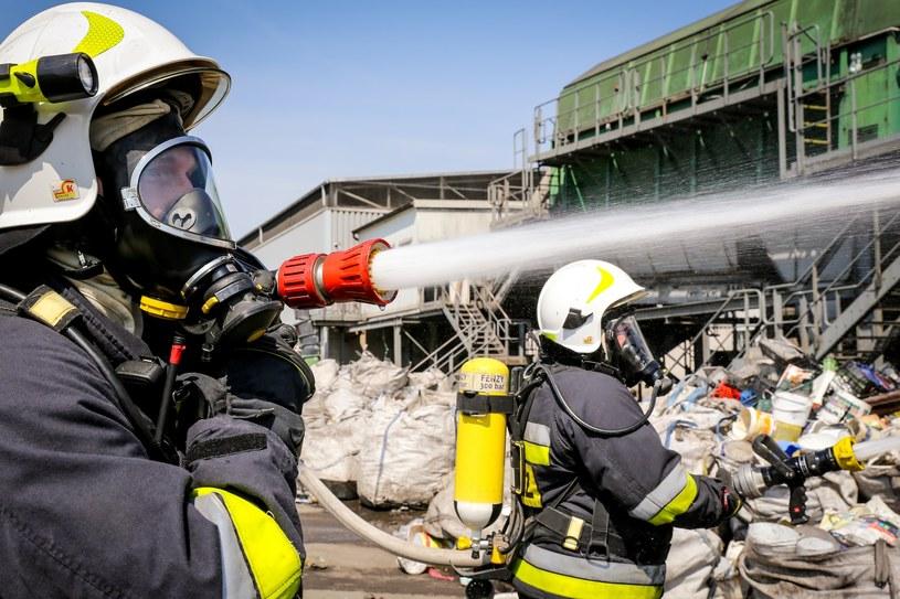 Na zdjęciu: ćwiczenia strażaków z OSP z ratownictwa i gaszenia pożaru w sortowni odpadów /Dominik Gajda /East News