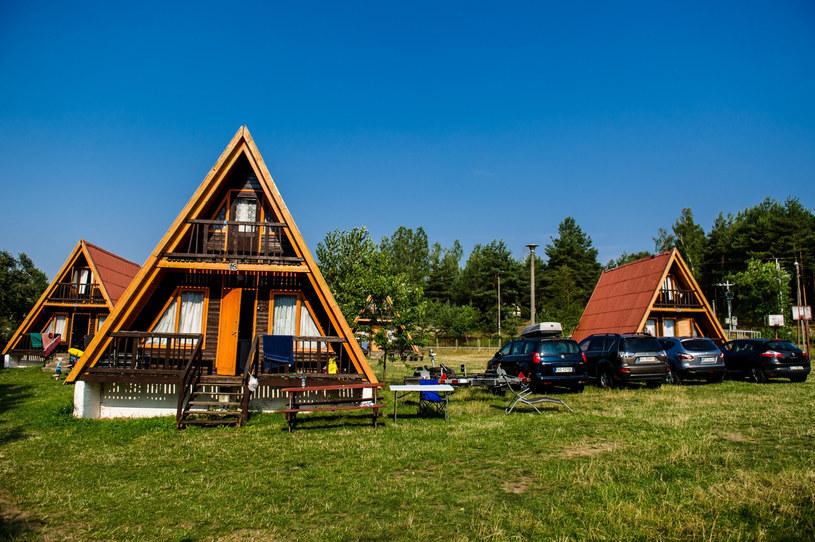 Na zdjęciu: Domki letniskowe na kampingu PTTK nad jeziorem Jelenim /Mateusz Ochocki/KFP /Reporter