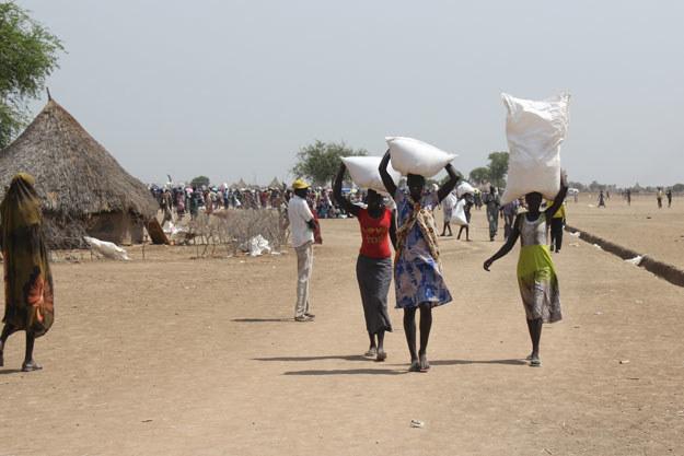Na zdjęciu: Dostawa żywności do sudańskiej wioski fot. Waakhe Simon Wudu /AFP
