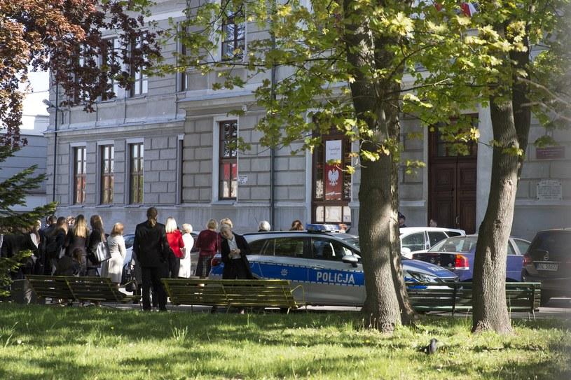 Na zdjęciu: Ewakuacja jednej ze szkół po alarmie bombowym /Marek Maliszewski  /Reporter
