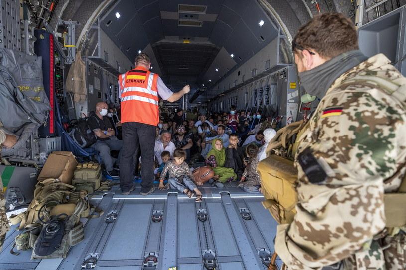 Na zdjęciu ewakuowani z Kabulu uciekinierzy na pokładzie samolotu należącego do niemieckiej Bundeswehry po wylądowaniu w stolicy Uzbekistanu Taszkiencie /PAP/EPA/BUNDESWEHR / MARC TESSENSOHN / HANDOUT /PAP/EPA