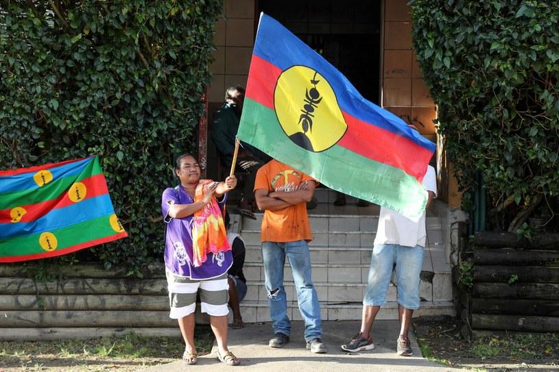 Na zdjęciu flaga Kanaków, rdzennych mieszkańców wyspy, którzy dążą do niepodległości /AFP