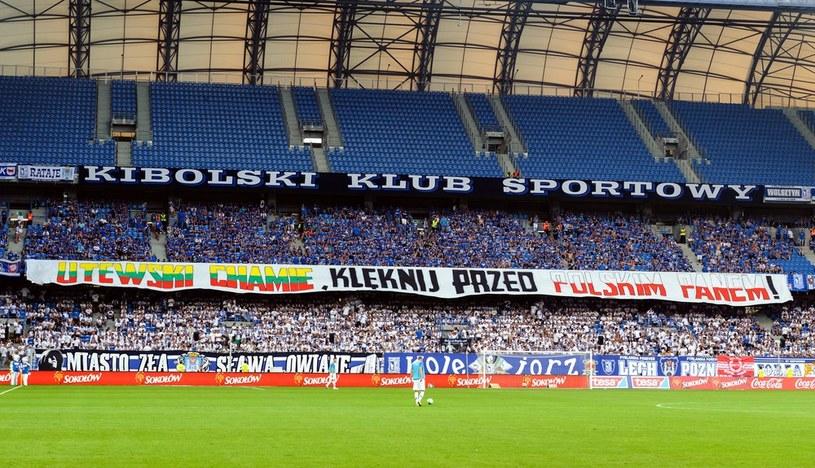 """Na zdjęciu flaga na stadionie Lecha Poznań: """"Litewski chamie, kleknij przed polskim panem"""" /Paweł Jaskółka /Reporter"""
