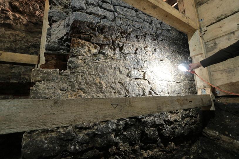 Na zdjęciu fragment pozostałości kamienicy możnowładczej, odkrytej w trakcie wykopalisk przy kościele świętych Piotra i Pawła.