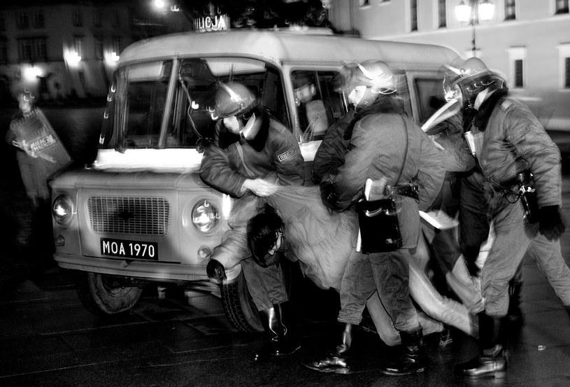 Na zdjęciu: Grupa rekonstrukcyjna prezentuje realia stanu wojennego /Janek Skarżyński /AFP