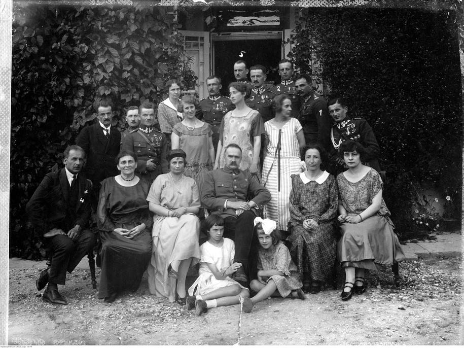 Na zdjęciu grupowym Stefania Flekówna stoi za marszałkiem Piłsudskim /foto. Narodowe Archiwum Cyfrowe /