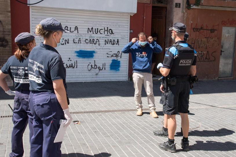 Na zdjęciu: Hiszpańska policja upomina mężczyznę bez maseczki /Ramon Gabriel /PAP/EPA