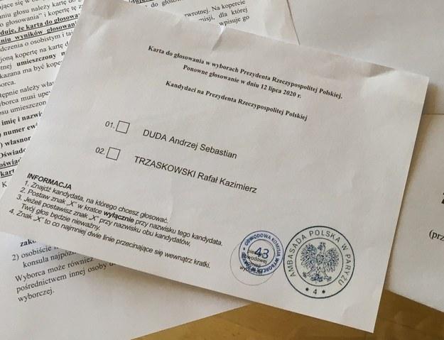 Na zdjęciu ilustracyjnym pakiet wyborczy rozsyłany do Polaków za granicą, w tym wypadku do Francji /Marek Gładysz /RMF FM