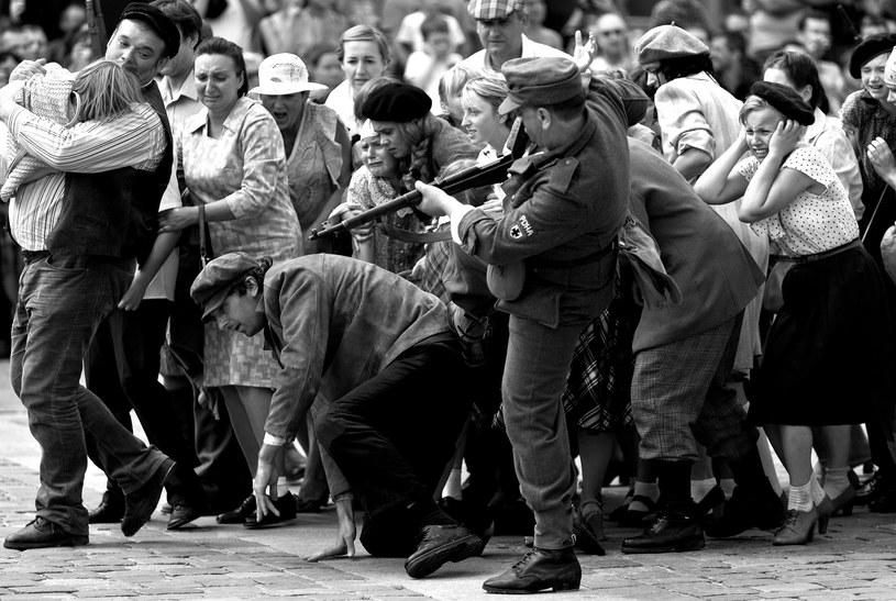 Na zdjęciu inscenizacja powstania warszawskiego. Na pierwszym planie żołnierz RONA /Leszek Kotarba  /East News