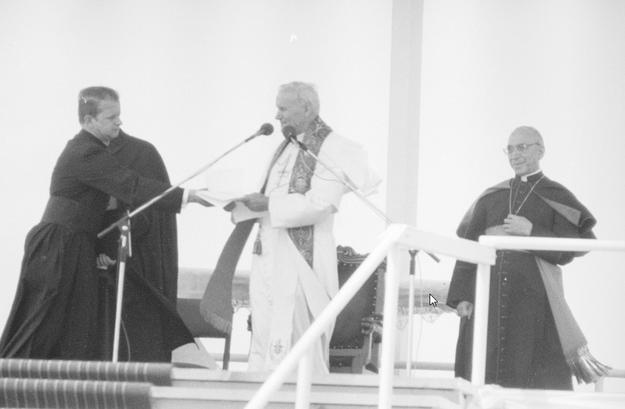 Na zdjęciu Jan Paweł II podczas pielgrzymki do Polski w 1979 roku. Arcybiskup Agostino Casaroli pierwszy z prawej, z lewej ksiądz Stanisław Dziwisz /Z archiwum Narodowego Archiwum Cyfrowego