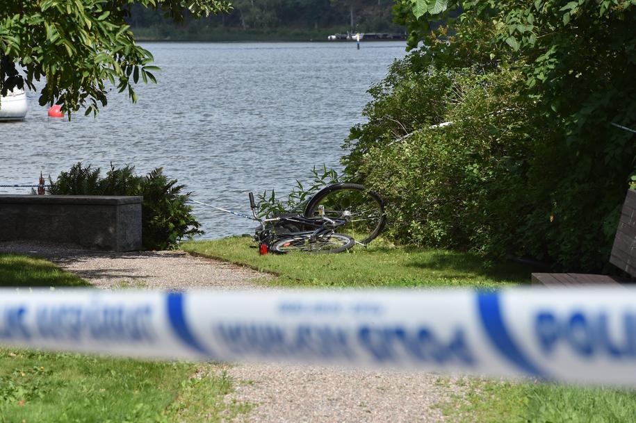 Na zdjęciu jeden z porzuconych nad jeziorem rowerów /PONTUS STENBERG /PAP/EPA