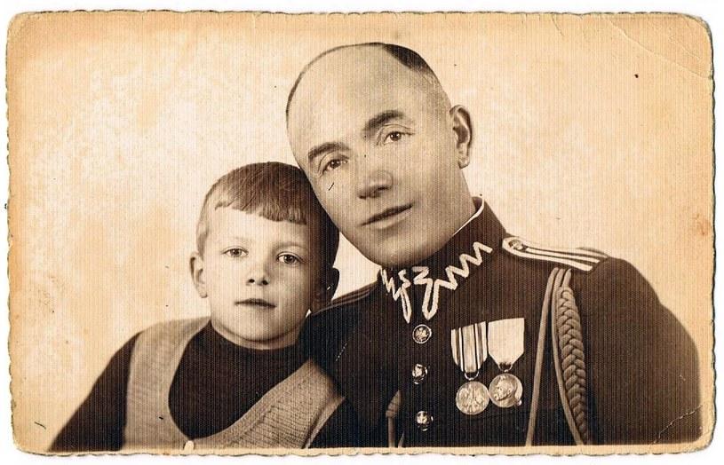 """""""Na zdjęciu jest mój dziadek ze swoim ojcem. Dziadek ma 10 lat. To ich ostatnie wspólne zdjęcie"""" /Archiwum autora"""