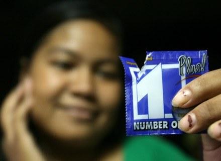 Na zdjęciu: kambodżanka testuje właściwości prezerwatywy. Phnom Penh, 28 sierpnia 20008 /AFP