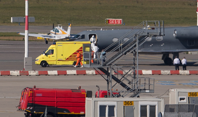 Na zdjęciu karetka pogotowia odbiera pacjenta z lotnisku w Hamburgu /DPA / AXEL HEIMKEN  /AFP