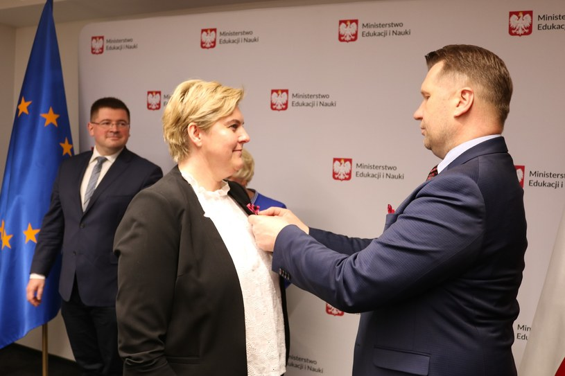 Na zdjęciu: Katarzyna Kłosek przyjmuje medal z rąk ministra edukacji i nauki /MEiN /Archiwum