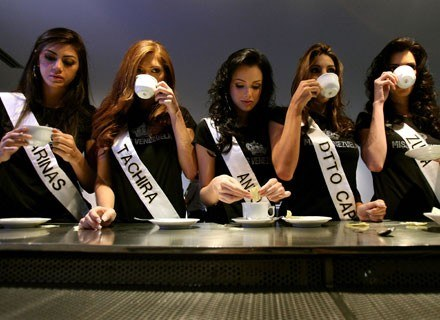 Na zdjęciu kawę piją uczestniczki konkursu Miss Wenezueli, wrzesień 2009 /AFP