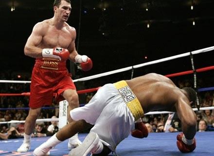 Na zdjęciu Kliczko nokautuje Calvina Brocka, 11 listopada 2006 /AFP