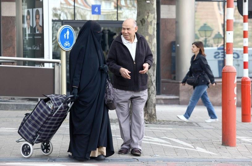 Na zdjęciu: Kobieta ubrana w nikab na ulicach Brukseli, 2010 rok /JULIEN WARNAND /AFP