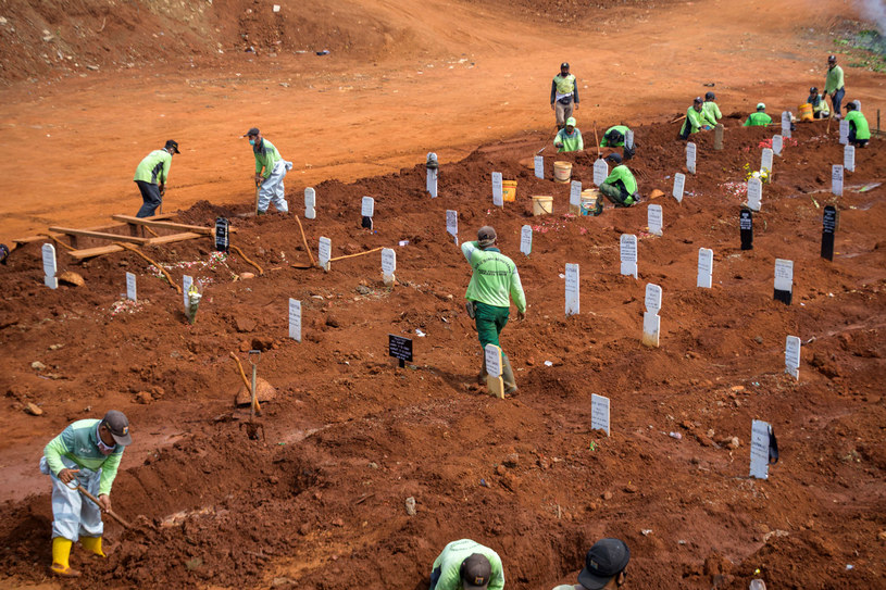 Na zdjęciu: Kopanie grobów na cmentarzu w Dżakarcie /BAY ISMOYO /AFP