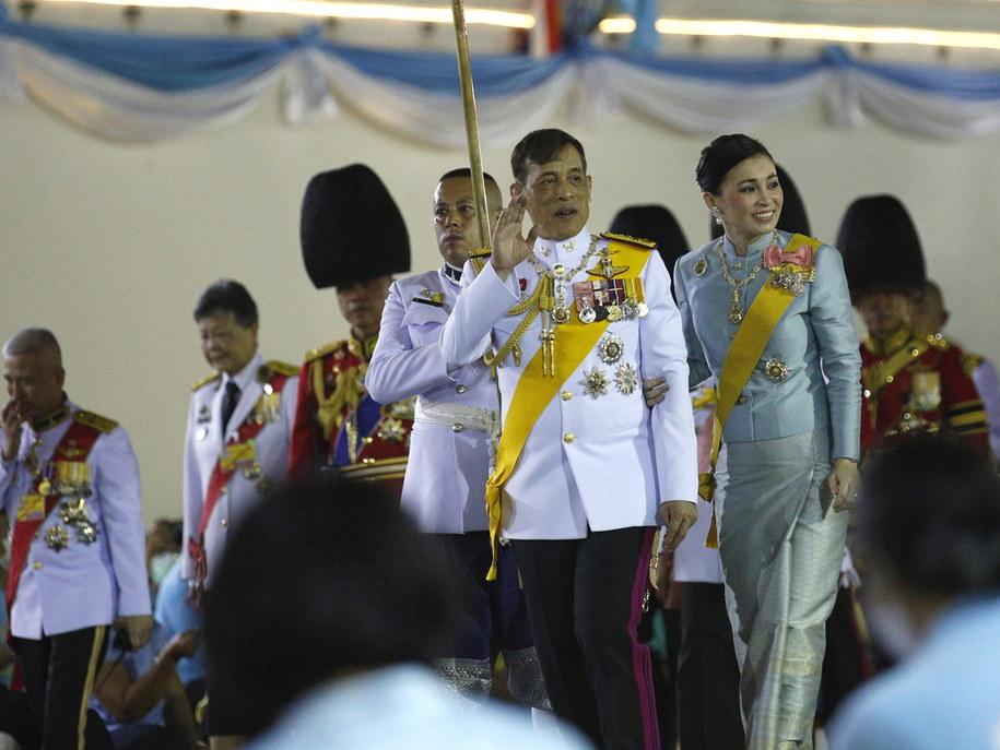Na zdjęciu król Tajlandii z żoną - królową Suthidą /NARONG SANGNAK    /PAP/EPA
