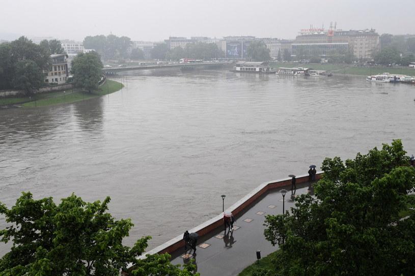 Na zdjęciu: Kulminacyjna fala powodziowa na Wiśle pod Wawelem w Krakowie /Jacek Bednarczyk   /PAP