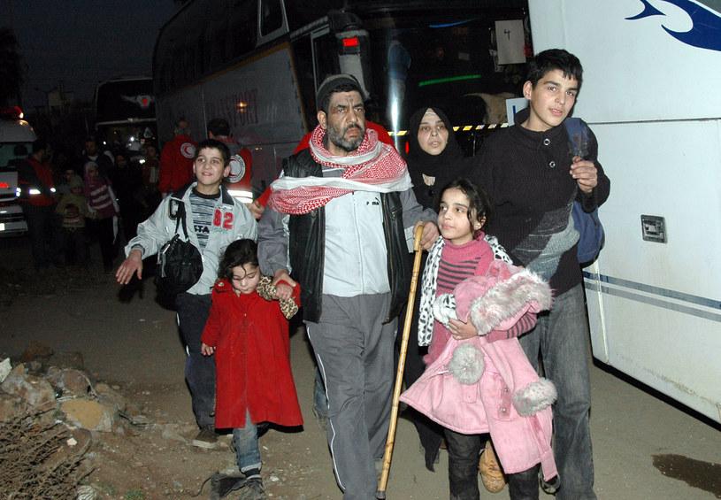 Na zdjęciu ludzie ewakuowani z miasta Hims /HO / SANA /AFP