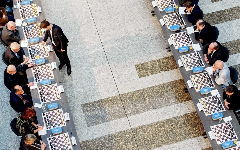 Na zdjęciu Magnus Carlsen gra symultanicznie w szachy z holenderskimi politykami /KOEN VAN WEEL /PAP/EPA