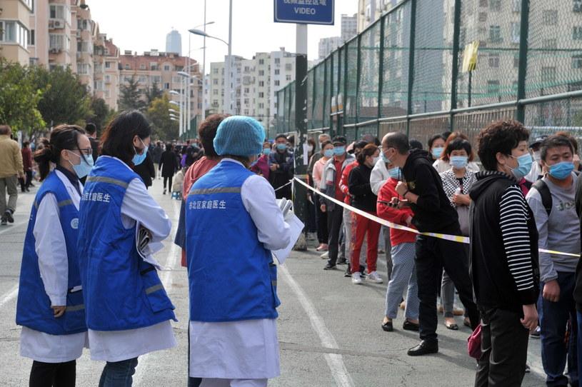 Na zdjęciu: Mieszkańcy Qingdao w oczekiwaniu na testy /WANG HAIBIN /PAP/EPA