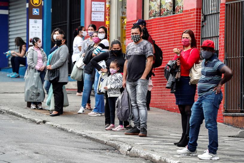 Na zdjęciu: Mieszkańcy Sao Paulo oczekują na publiczny transport /PAP/EPA/SEBASTIAO MOREIRA /PAP/EPA