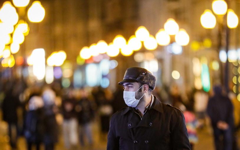 Na zdjęciu: Mieszkaniec Moskwy w maseczce ochronnej /YURI KOCHETKOV /PAP/EPA